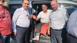 Başkan Şener kırık ayağı ile Özkaldı'yı karşıladı