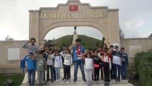 AKALIN VE ÖĞRENCİLER DUMLUPINAR'DA DUA ETTİLER..