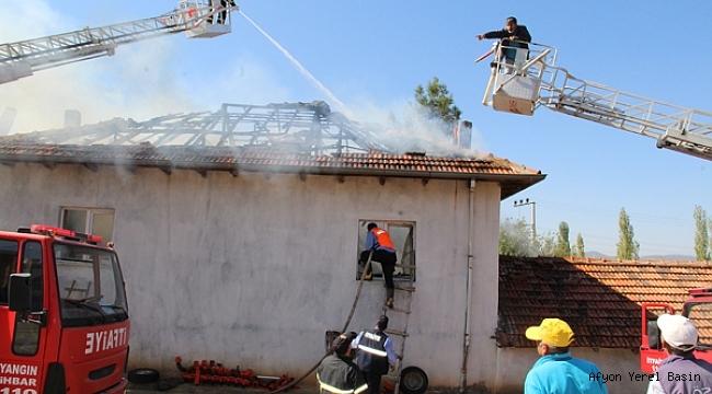 Dinar Dikici'de bir ev'de yangın çıktı..