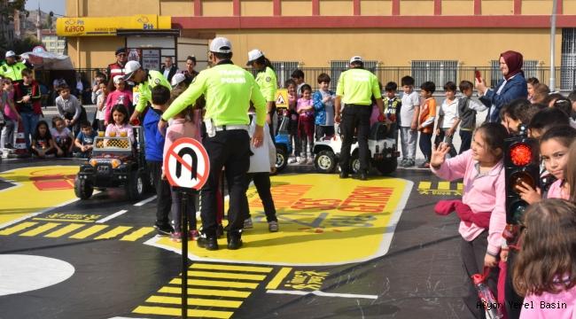 Mobil Eğitim Tırı Yarının Sürücülerini Bilgilendiriyor