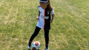 Küçük Dudu Feyza'nın futbol yeteneği göz kamaştırıyor.