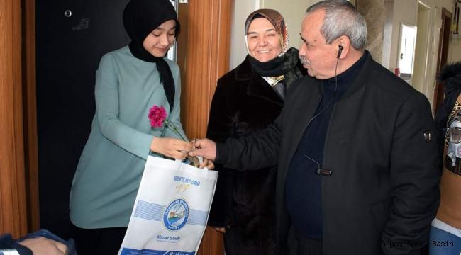 Başkan Şahin, Kadınlara Karanfil Dağıttı