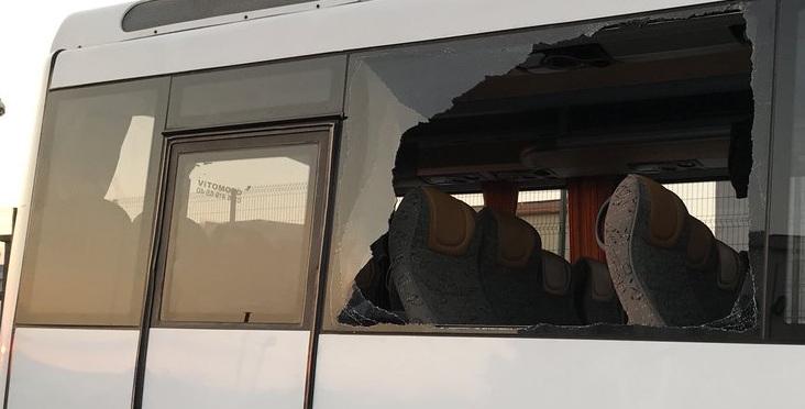 Belediye Otobüsünü Kaçırdı Camlarını Kırdı..!!