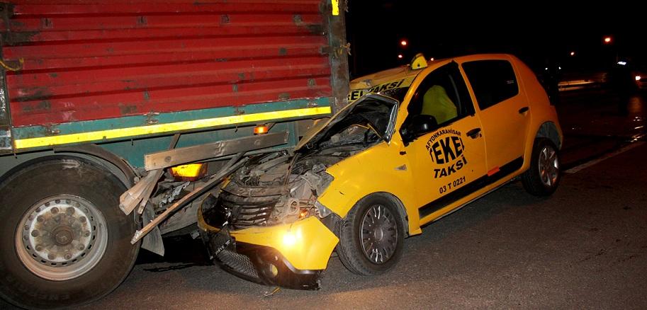 Taksi Sürücüsü Tır'a Arkadan çarptı..