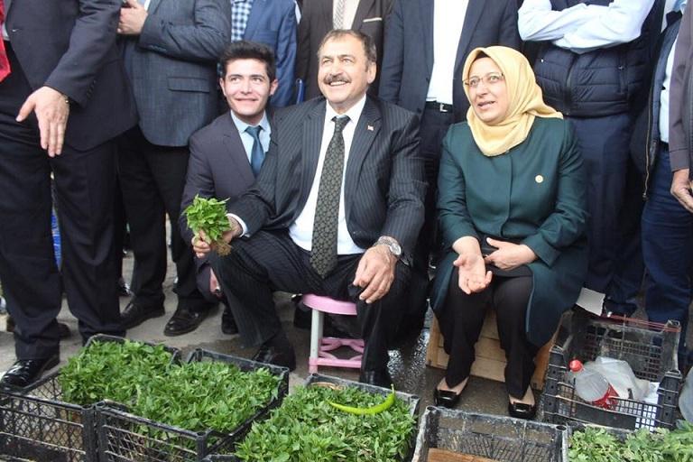 Bakan Eroğlu Tezgahın Başına Geçerek Fide Sattı