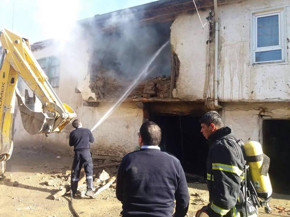 Afyonkarahisar'da Yangın 2 Tane Ev Yanarak Kül Oldu