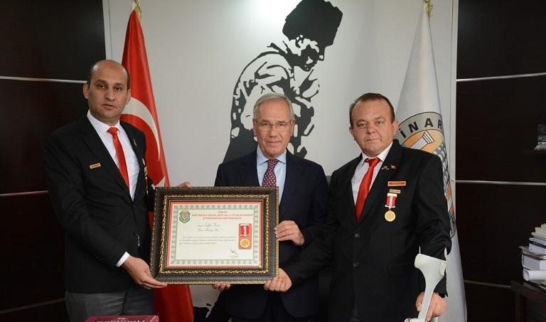 şehit Aileleri Ve Gazilerden Başkan Saffet Acar'a şeref Madalyası