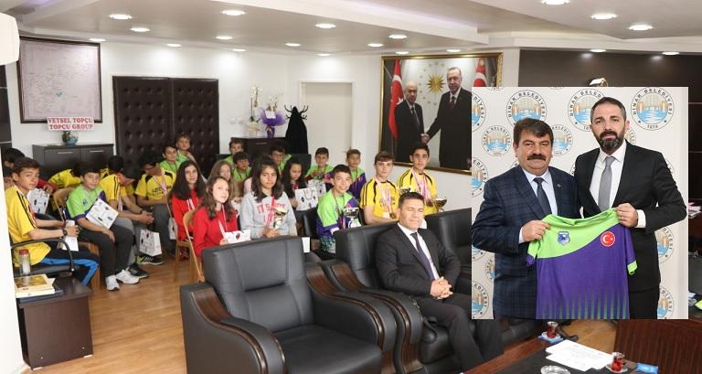 İl şampiyonu Fatih Ortaokulundan Başkan Sarı'ya Ziyaret